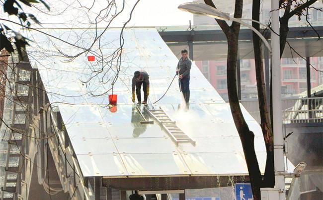 """工作人员为BRT站台""""洗澡"""""""
