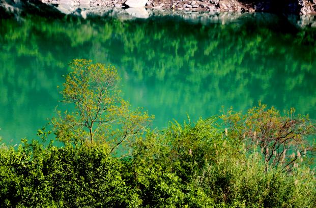 清江伴峡江水绿如蓝