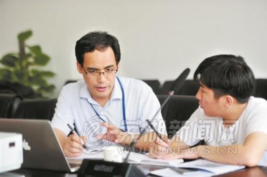 中电科芜湖钻石飞机制造有限公司董事长平丽浩在接受记者采访