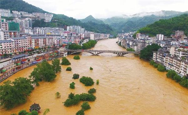 南方60多条河流超警 50多万人投入抗洪