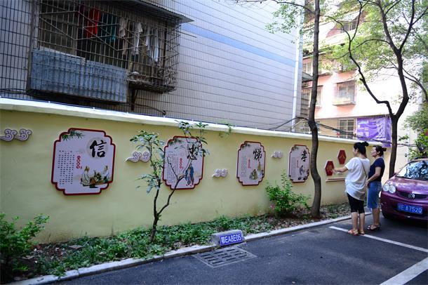 """以""""创建文明城市""""为主题的文化墙沿着小区五号楼至八号楼交汇处共计25"""